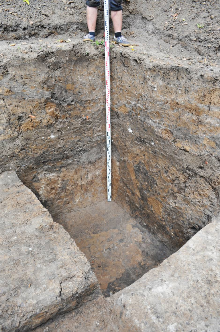 Рис.6 Прокоп траншеи водопровода до гл.-190 см. Вид с юго-запада