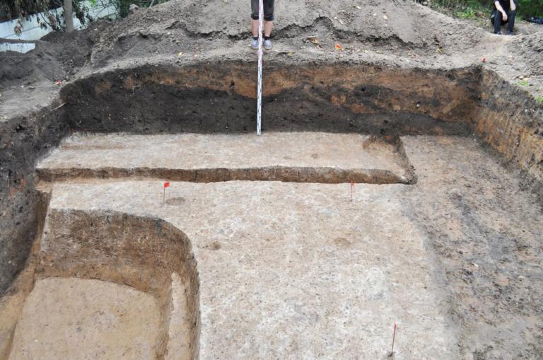 Рис.9 Западная стенка раскопа. Вид с востока